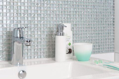 Kleine Badkamer Tips : Een kleine badkamer met deze tips ziet niemand dat woonkrant